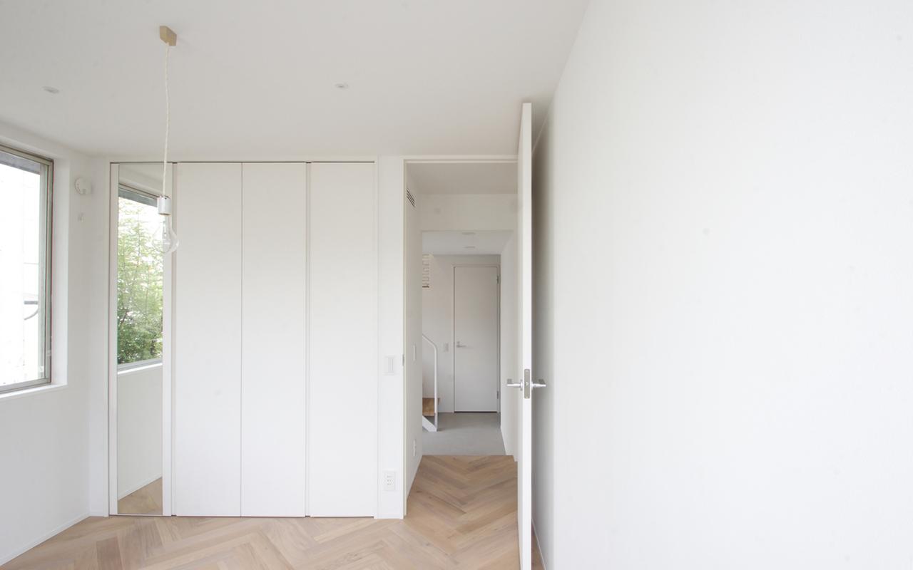 Una casa minimal e bianca (anche) per gatti